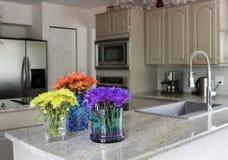 Cocina moderna con las flores en contador Fotografía de archivo libre de regalías