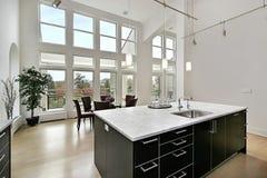 Cocina moderna con las ventanas de dos pisos Fotografía de archivo libre de regalías