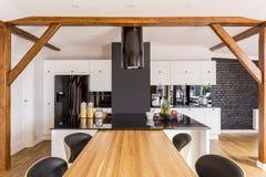 Cocina moderna con los gabinetes blancos fotografía de archivo