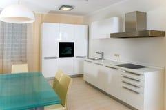 Cocina moderna con muebles Imágenes de archivo libres de regalías