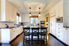 Cocina moderna de lujo grande blanca. Fotos de archivo