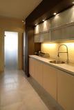 Cocina moderna del apartamento Foto de archivo libre de regalías
