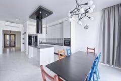 Cocina moderna del diseño interior en la nueva casa Foto de archivo libre de regalías