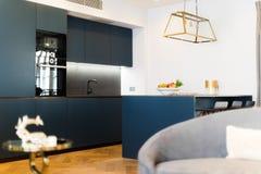 Cocina moderna detrás de un sofá borroso Fotos de archivo libres de regalías