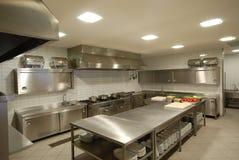 Cocina moderna en restaurante Imagenes de archivo