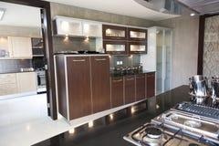 Cocina moderna en un apartamento Imagen de archivo libre de regalías