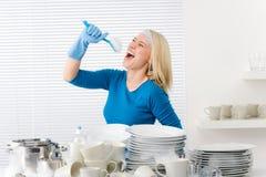 Cocina moderna - la mujer finge cantar la canción Fotos de archivo libres de regalías