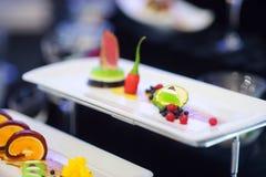Cocina moderna molecular Diversos platos de lujo en las placas blancas en un restaurante Imágenes de archivo libres de regalías