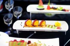 Cocina moderna molecular Diversos platos de lujo en las placas blancas en un restaurante Imagen de archivo
