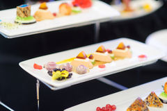 Cocina moderna molecular Diversos platos de lujo en las placas blancas en un restaurante Fotografía de archivo