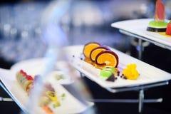 Cocina moderna molecular Diversos platos de lujo en las placas blancas en un restaurante Fotografía de archivo libre de regalías