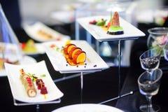 Cocina moderna molecular Diversos platos de lujo en las placas blancas en un restaurante Fotos de archivo libres de regalías