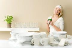 Cocina moderna - platos que se lavan de la mujer feliz fotografía de archivo
