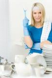 Cocina moderna - platos que se lavan de la mujer feliz Foto de archivo libre de regalías