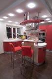 Cocina moderna roja. Fotografía de archivo