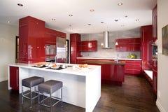 Cocina moderna roja contemporánea con diversa isla 2 imágenes de archivo libres de regalías