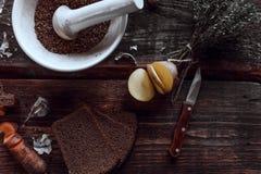 Cocina picante en escritorios de madera Imagen de archivo libre de regalías