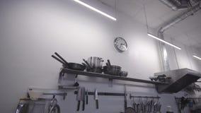 Cocina profesional en el restaurante, detalle del cookware almacen de metraje de vídeo