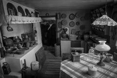 Cocina rústica en un hogar sueco foto de archivo
