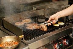 Cocina real del restaurante del bar y grill fotografía de archivo libre de regalías