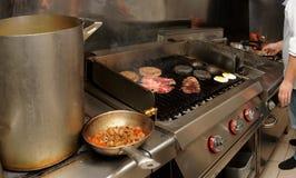 Cocina real del restaurante del bar y grill foto de archivo libre de regalías