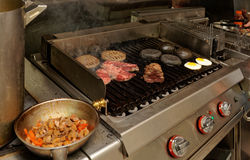 Cocina real del restaurante del bar y grill imagen de archivo libre de regalías