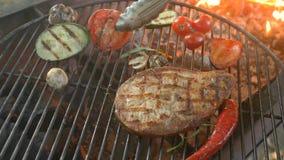 Cocina sana de los pescados: los filetes fritos de pescados de mar blanco en la parrilla con adornan las verduras asadas a la par almacen de video