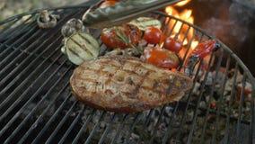 Cocina sana de los pescados: filetes fritos de pescados de mar blanco en la parrilla con un acompañamiento de verduras asadas a l almacen de video