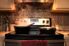Cocina Stovetop en la iluminación caliente foto de archivo libre de regalías