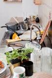 Cocina sucia con la loza, sobras, artículos de cocina sucio Imagen de archivo libre de regalías
