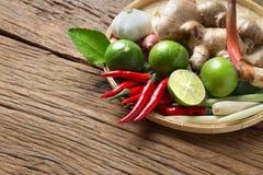 Cocina tailandesa tradicional de la comida en el ingrediente de la hierba del fondo picante de madera de la sopa de Tom Yum Imágenes de archivo libres de regalías