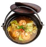Cocina tradicional de la comida de la sopa picante de Tom Yum Goong en Tailandia foto de archivo