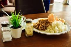 Cocina tradicional de los tallarines de arroz para la comida del almuerzo de la familia foto de archivo