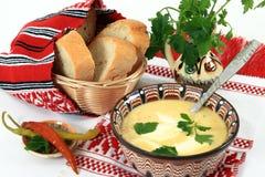 Cocina tradicional de Rumania: sopa de la tripa fotos de archivo