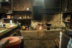Cocina tradicional en casa vieja del Nepali en pequeño pueblo remoto imagen de archivo libre de regalías