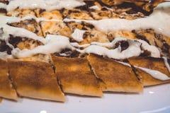 Cocina turca Barco Pide Comida hecha en casa Pasteles frescos Plato sabroso de la carne fotos de archivo