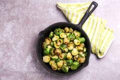 cocina vegetariana Coles de Bruselas asadas con aceite de oliva poli Foto de archivo libre de regalías