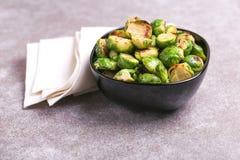 cocina vegetariana Coles de Bruselas asadas con aceite de oliva poli Fotografía de archivo libre de regalías