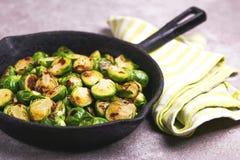 cocina vegetariana Coles de Bruselas asadas con aceite de oliva poli Fotos de archivo libres de regalías