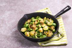 cocina vegetariana Coles de Bruselas asadas con aceite de oliva poli Fotografía de archivo
