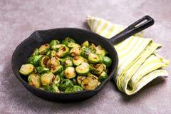 cocina vegetariana Coles de Bruselas asadas con aceite de oliva poli Imagenes de archivo