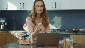Cocina video de observación de la mujer de negocios Persona femenina sorprendida que mira el ordenador portátil