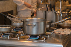 Cocina y cocineros ocupados del hotel Fotografía de archivo libre de regalías