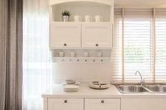 Cocina y decoración blancas de la cocina Imagen de archivo libre de regalías
