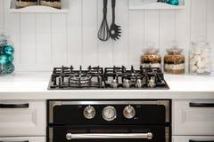 Cocina y estufa modernas Imagenes de archivo