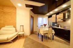 Cocina y parte de la sala de estar Foto de archivo libre de regalías