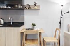 Cocina y tabla dinning en condominio Fotografía de archivo