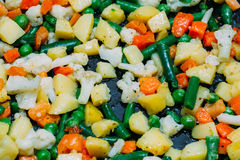 Cocinado en una mezcla de la cacerola de verduras congeladas Foto de archivo libre de regalías
