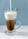 Cocinando el latte, añada la leche espumejeada Foto de archivo libre de regalías