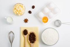 Cocinando el plano que cuece ponga el fondo con las especias de la harina de la mantequilla de los huevos Fotografía de archivo libre de regalías